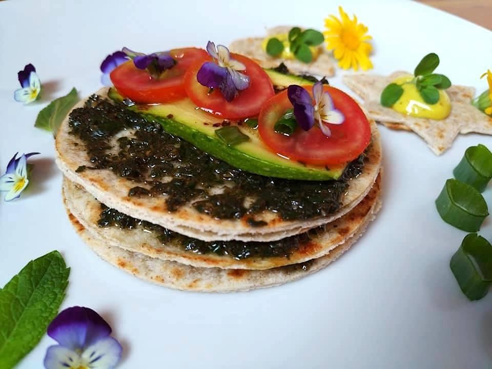Millefoglie di piadina, con zucchine grigliate, pesto di cipolla egiziana ligure e maionese di calendula