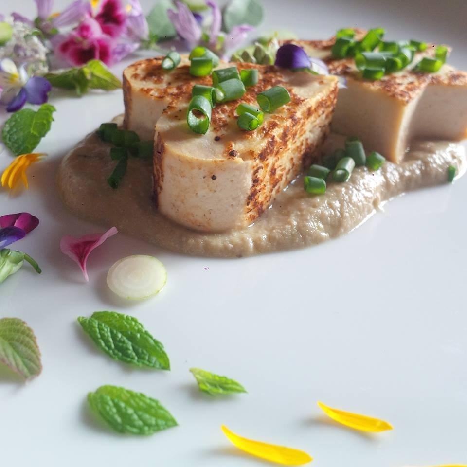 Tofu grigliato su crema di melanzane, cipolla egiziana ligure e fantasia dell'orto