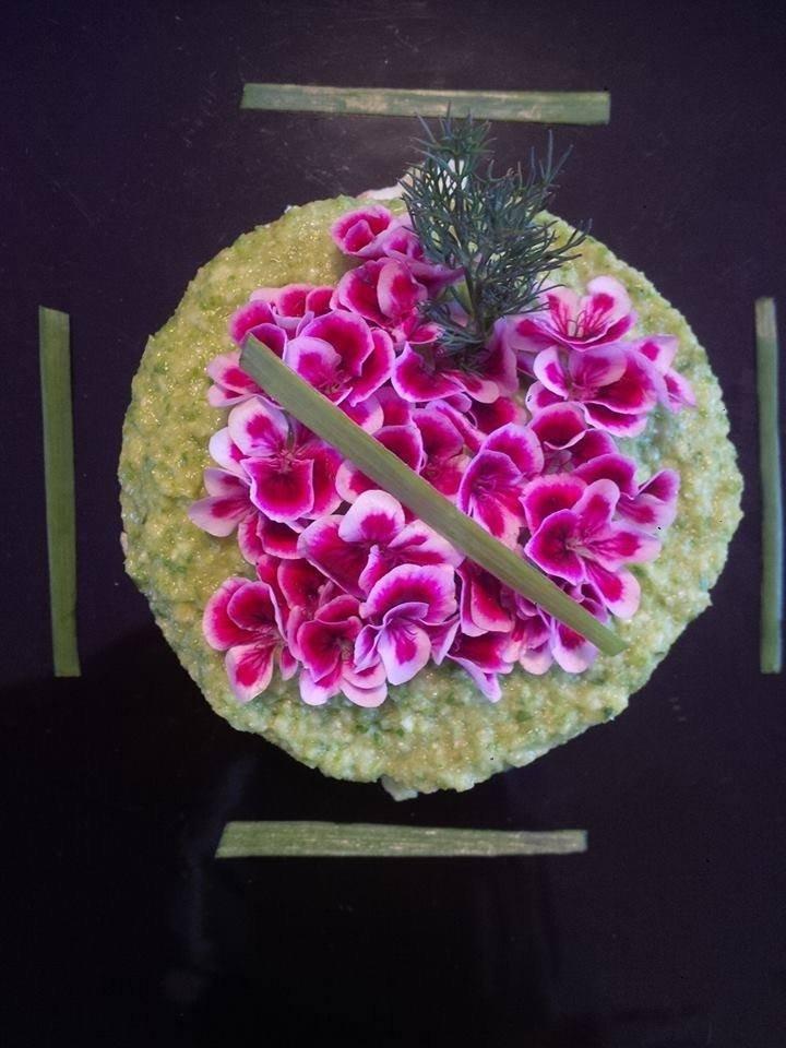Cruditè di zucchina con pane Carasau, cipolla egiziana ligure e fiori di geranio odoroso