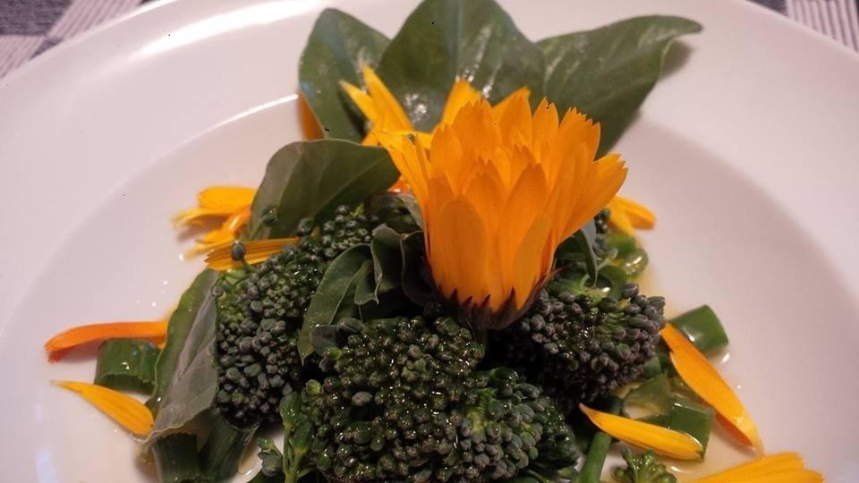 Insalata di broccoli, punte di fava, cipolla egiziana e fiori di calendula