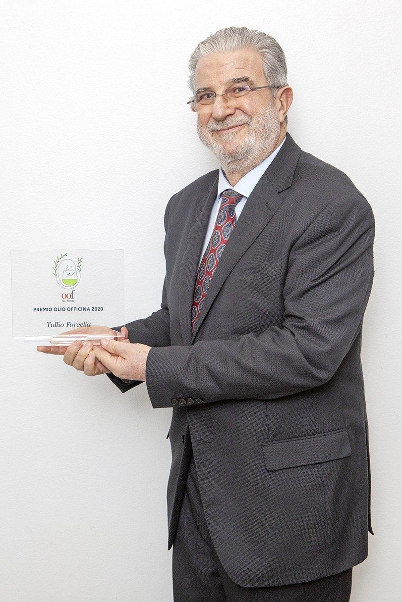 Il Premio Olio Officina cultura dell'olio a Tullio Forcella