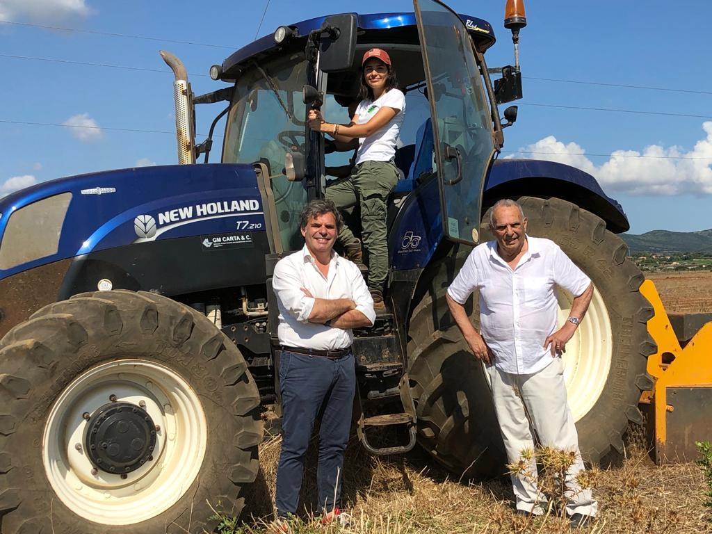 Tre generazioni della famiglia Manca manifestano l'orgoglio di essere produttori d'olio d'alta qualità