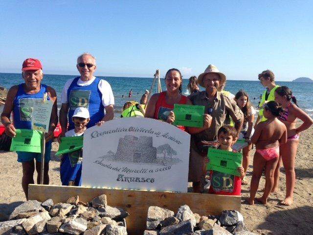 Spiagge didattiche: successo per la scuola di muretti a secco con i maestri di Arnasco
