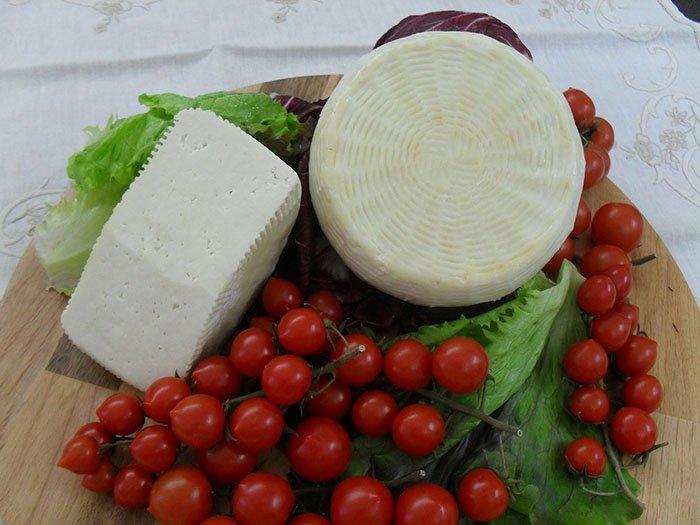 Formaggio di capra con maggiorana e olive