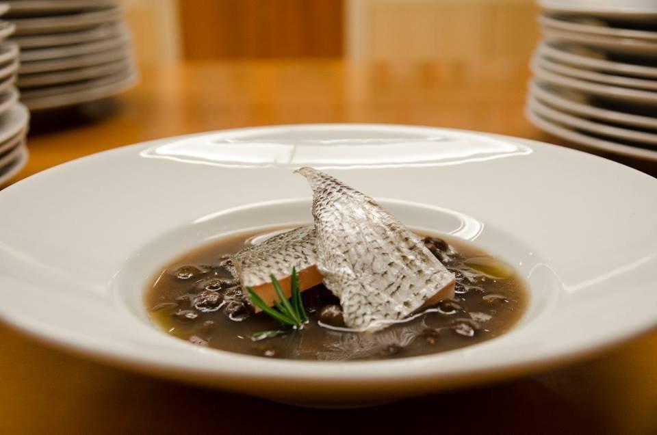 Zuppetta di cece nero con sarago affumicato