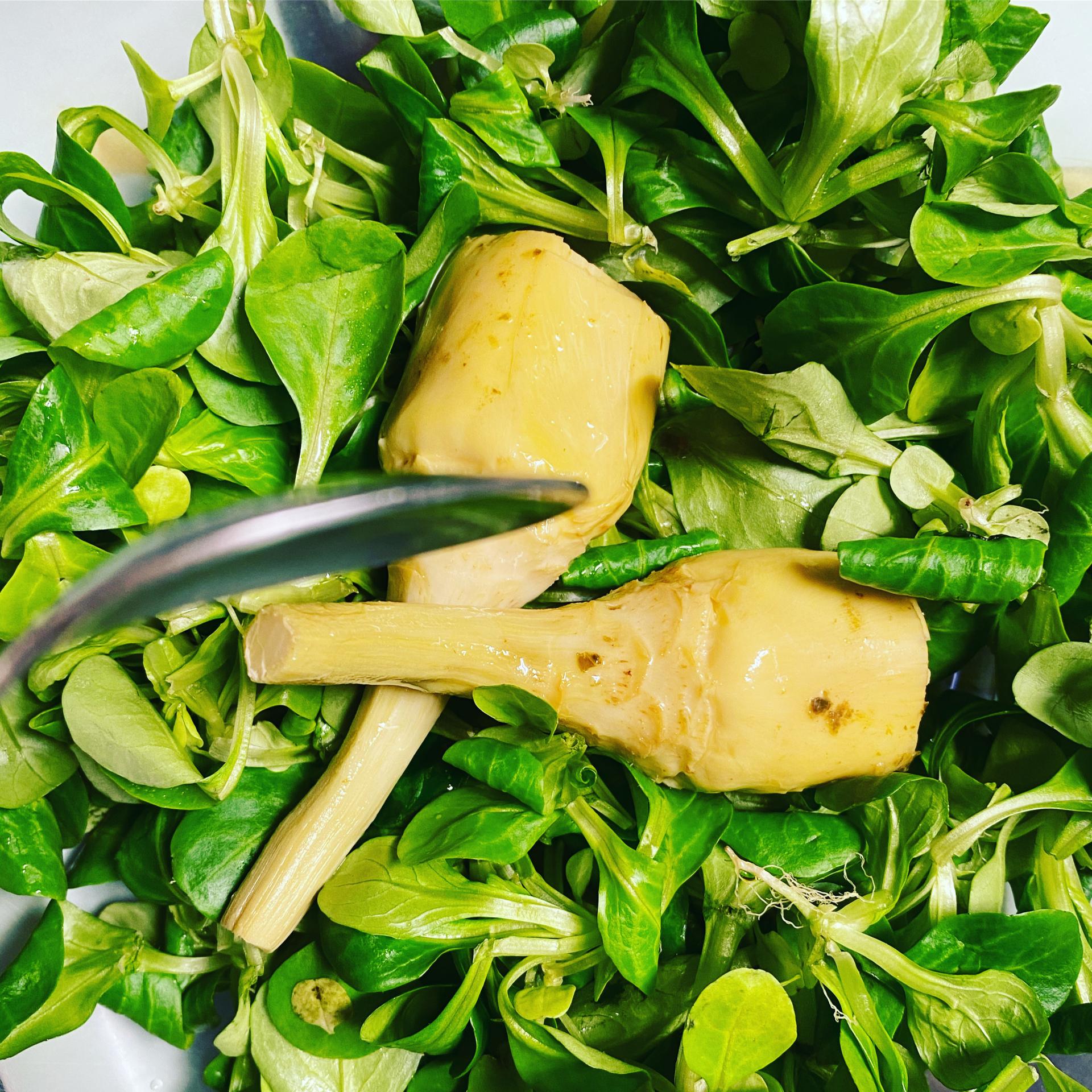 Condireste la vostra insalata con l'olio di vaselina? Ci sono dietologi che lo consigliano