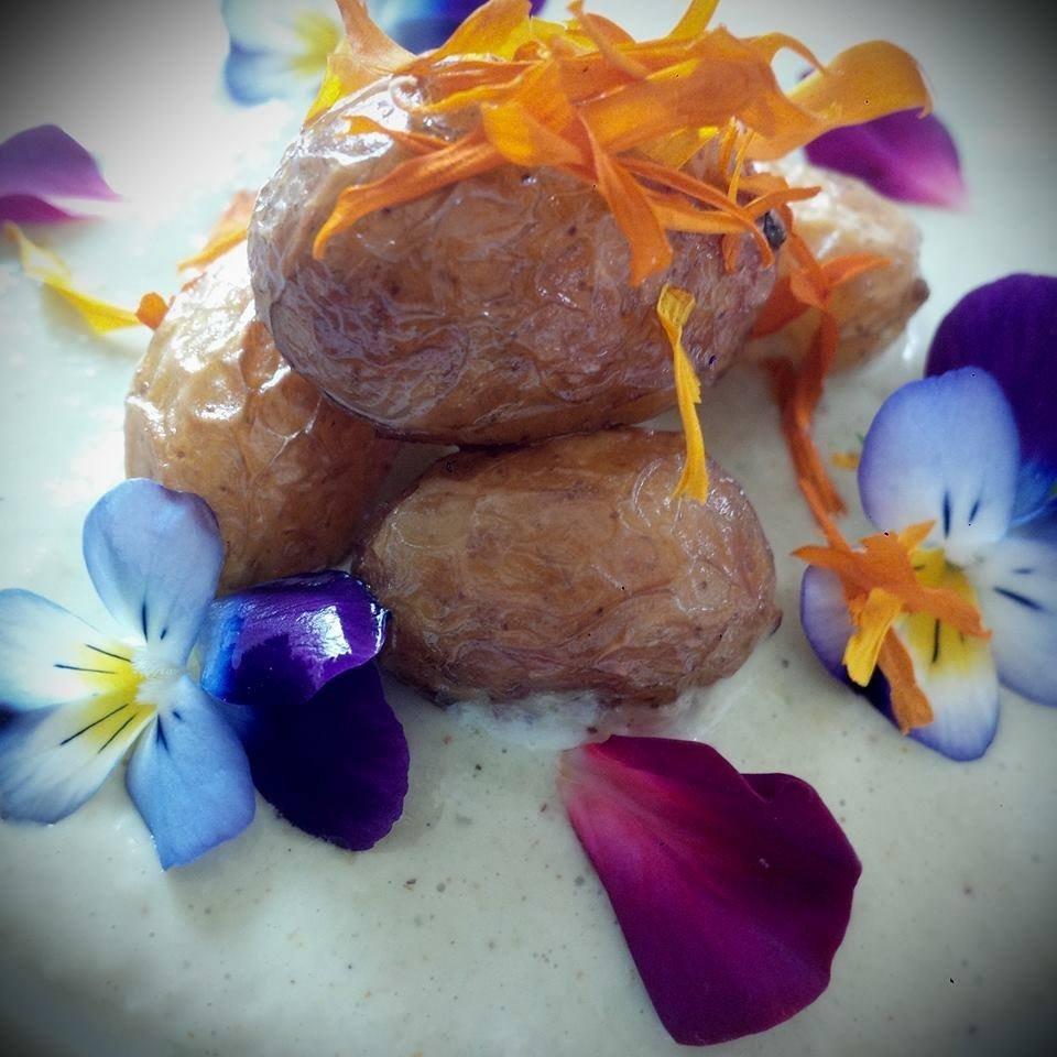 Le patate novelle su crema di cipolla egiziana ligure e l'insalatina di fiori
