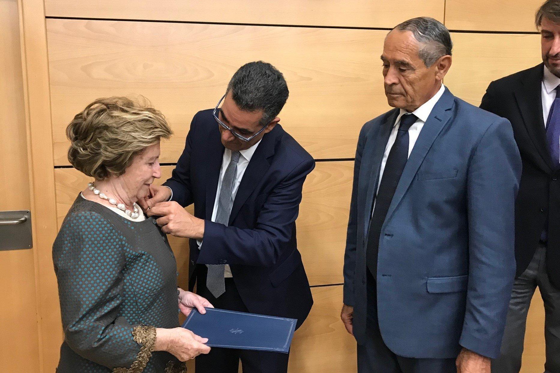 Un diploma di riconoscimento e una spilla commemorativa dal Coi a cinque italiani