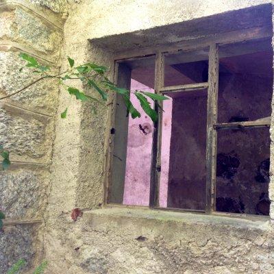 In Valle Anzasca, finestra di una casa abbandonata