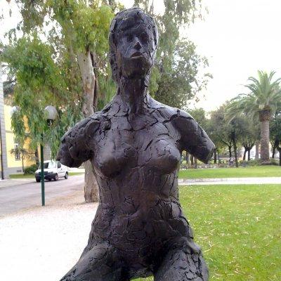Prato con scultura in bronzo in un giardino pubblico a Forte dei Marmi