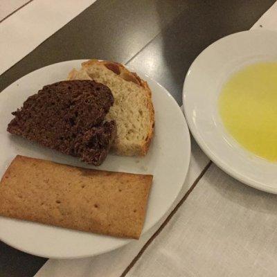 Il pane: alla carruba, di grano duro , cracker di grano arso. Olio monocultivar perananzana dalla provincia di Foggia