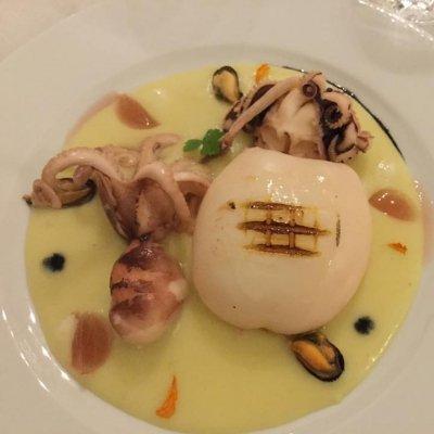 Seppia grigliata su crema di patate con gocce di nero di seppia e gelatina di vino rosato