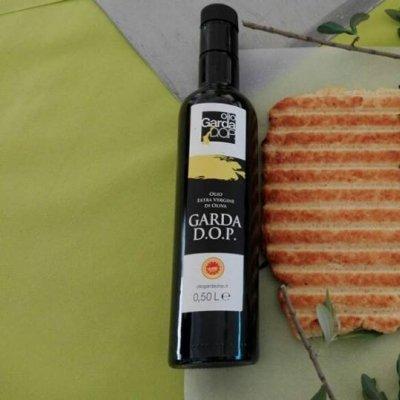 La celebre fogassa di Cavaion Veronese con l'immancabile olio Dop Garda
