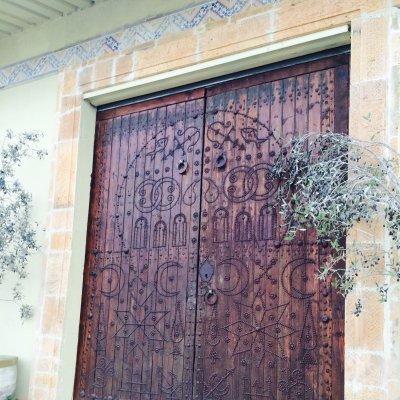 Il portone di ingresso del frantoio Bichiou