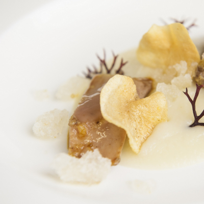Faraona pochè nel Laudemio, crema e chips di topinambur, alga gigartina e ice-lime, Chef Marco Stabile - ©Fancesco Mion