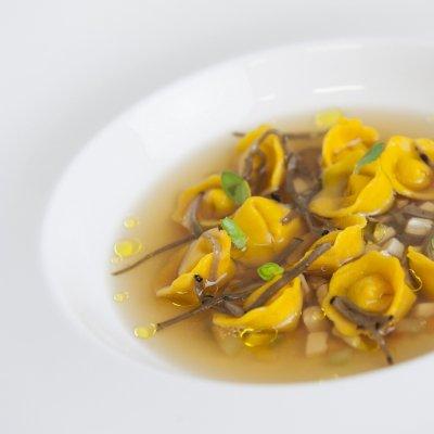 Raviolini ripieni di Laudemio in brodo di cappone profumati al tartufo nero pregiato, Chef Giuseppe Di Iorio - ©Fancesco Mion