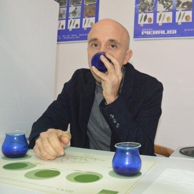 Il capo panel Lorenzo Cerretani all'interno di una cabina di assaggio