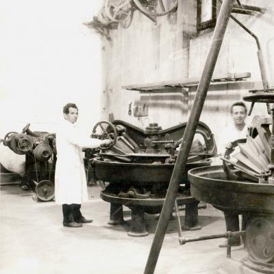 Foto d'epoca delle gramole a rulli conici scanalati della fonderia