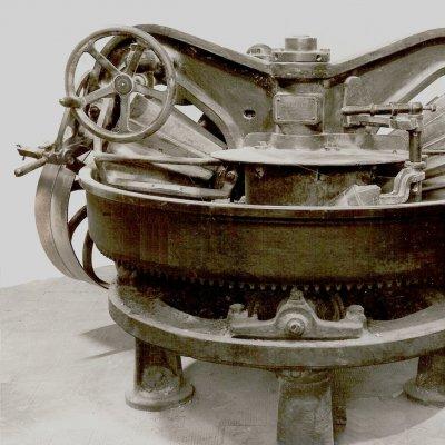 Foto d'epoca di una gramola a rulli conici scanalati prodotta dalla Fonderia Fratte