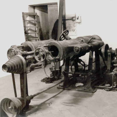 Foto d'epoca torchio idraulico orizzontale a due campane per pasta corta