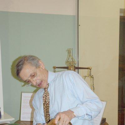 l Maestro pastaio Benedetto Cavalieri con una trafila in bronzo