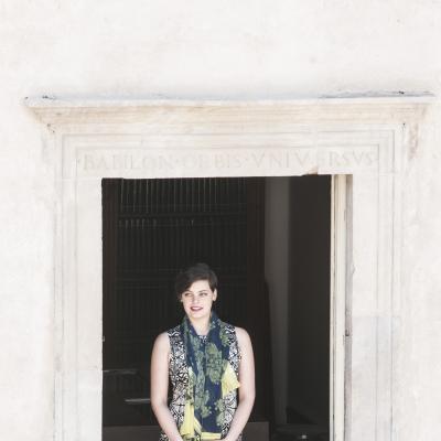 Emily D 'Angelo alla celebre finestra di Casa Menotti - Premio Speciale  2016 © Fabian Cevallos