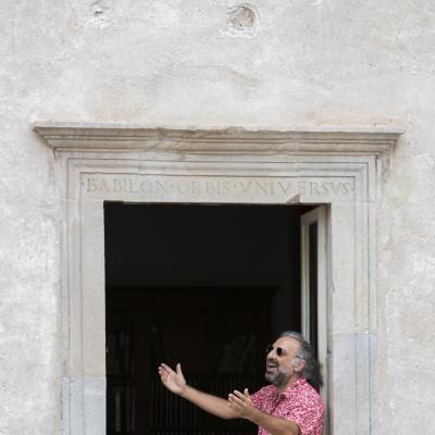 Stefano Bollani alla finestra di Casa Menotti © Kim Mariani