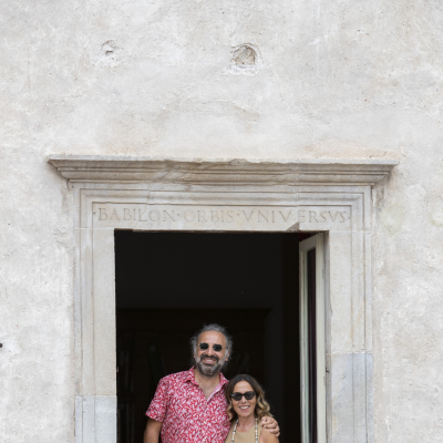 Stefano Bollani e Maria Flora Monini alla finestra di Casa Menotti © Kim Mariani