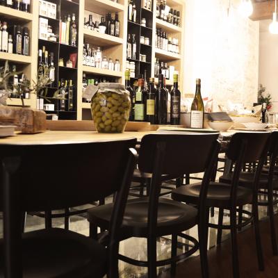 Il tavolo conviviale, lungo sei metri, con la cuciva a vista di sfondo
