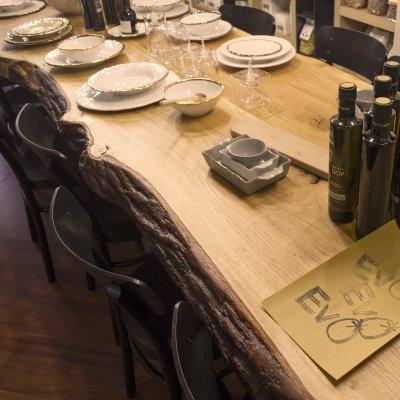 L'idea del tavolo conviviale ha un suo perché, invita al confronto e alla socialità