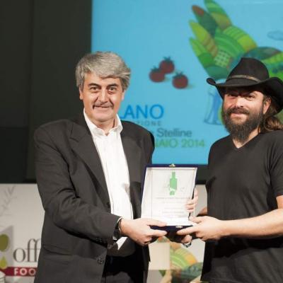 Luigi Caricato mentre consegna il Premio Le Forme dell'Olio a Jean Paul Mifsud