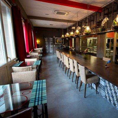 La sala ristorante e un lungo tavolo